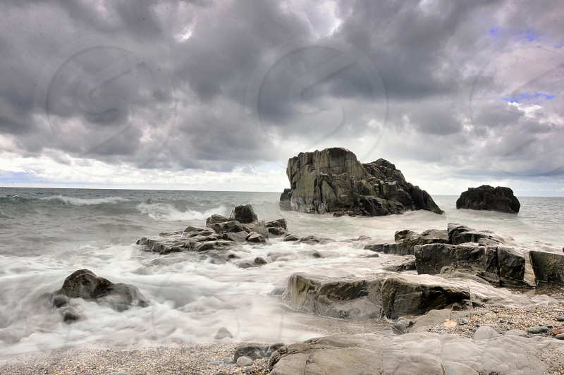 ocean waves hitting rock photo