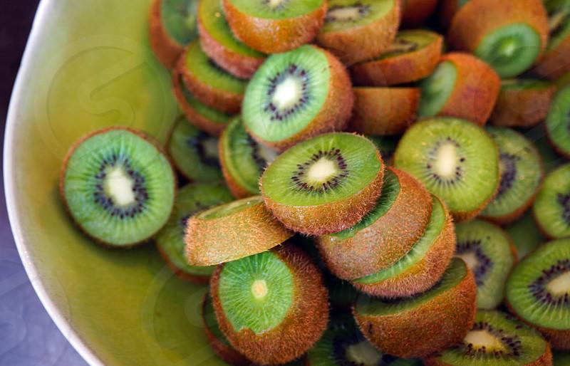 Greenkiwi fruitkiwi fruitsliceplatterfoodhealthyvitamin photo