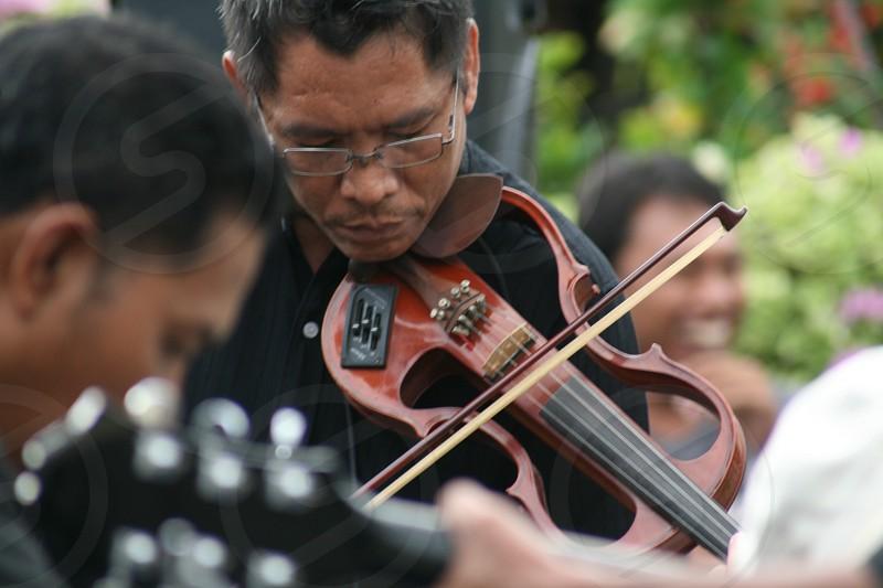 man playing violin photo