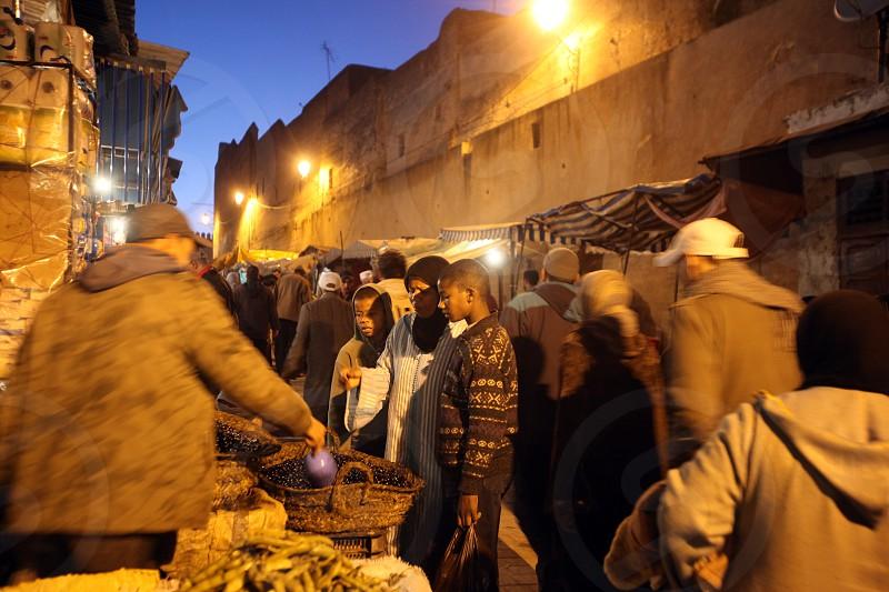 Afrika Nordafrika Marokko Fes Stadt City Altstadt Medina Souq Bazaar Markt Reisen Travel Alltag Wirtschaft Suk Alt Zentrum Abend Stadtmauer Mauer    (Urs Flueeler)  photo