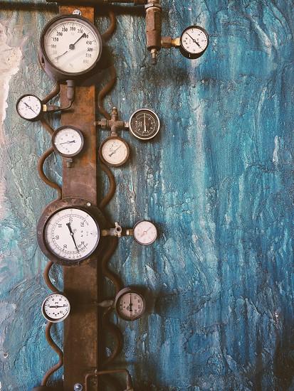 brown pressure gauge photo