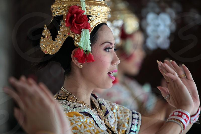 Ein Traditioneller Tanz im Erewan Schrein in der Th Phra Ram 1 Road beim Siam Square in Bangkok der Hauptstadt von Thailand in Suedostasien photo