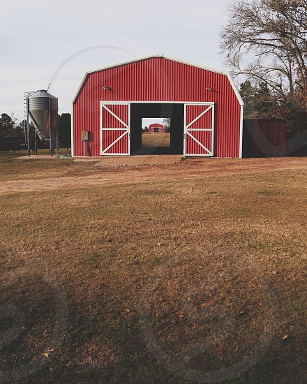 red and white barn photo