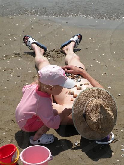 zon  strand venetie italie kind versiert man papa? emmertje schelpen. uniek  photo