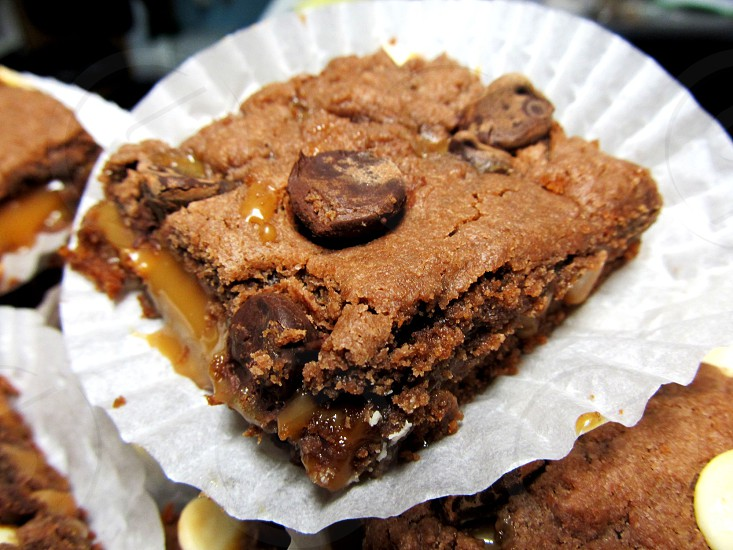 Earthquake brownie with caramel and chocolate chips photo