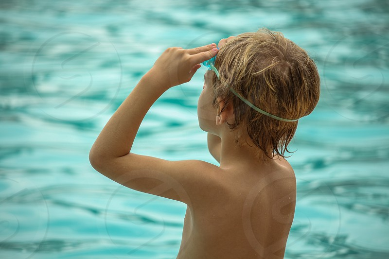 kid in the swiming pool photo