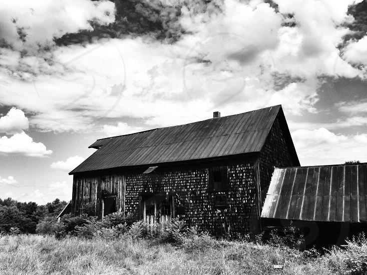 gray barn house photo