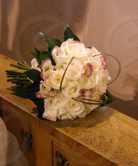 white rouses round bouquet photo
