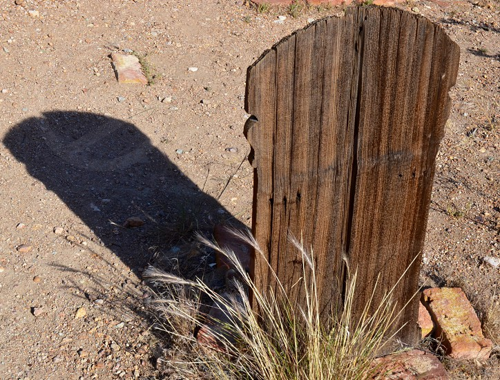 closeup photography brown wooden tombstone photo