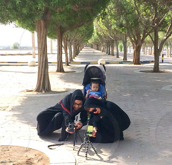 Setting self-timer for group photo session dress code abaya tripods DLSR mobile  photo
