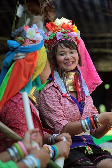Eine Traditionell gekleidete Langhals Frau eines Paudang Stammes aus Burma lebt in einem Dorf noerdlich von Chiang Mai in Nord Thailand photo