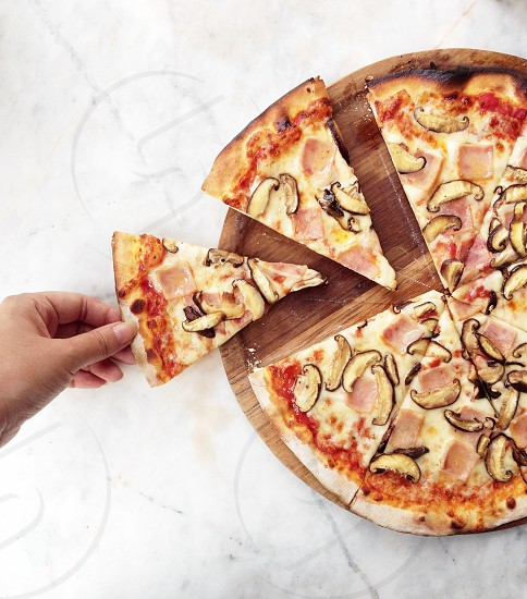 round sliced pizza photo