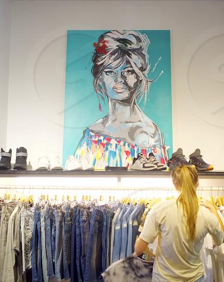 Style girl shopping boutique        photo