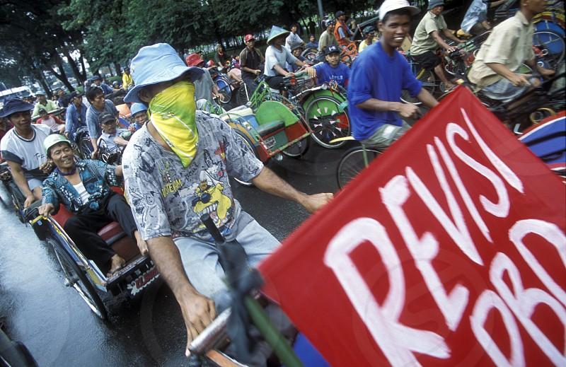 Riksha Taxi Fahrer bei einem Streik in der Innenstadt von jakarta der Hauptstadt von Indonesien.  (KEYSTONE/Urs Flueeler) photo