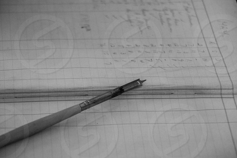 pluma y cuaderno de notas photo