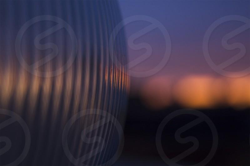 Close up de una lampara con atardecer en el fondo. photo