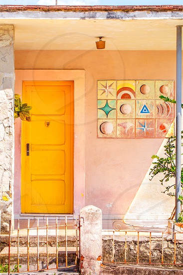 Entry to a home in Cuba with coral colors photo