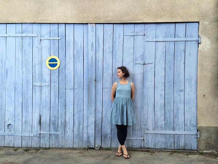 woman wearing gray dress standing photo