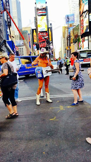 In manhattan and saw the naked cowboy 😭🙊🚶👊 photo