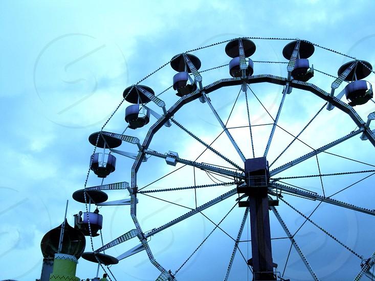 gray and white ferris wheel photo