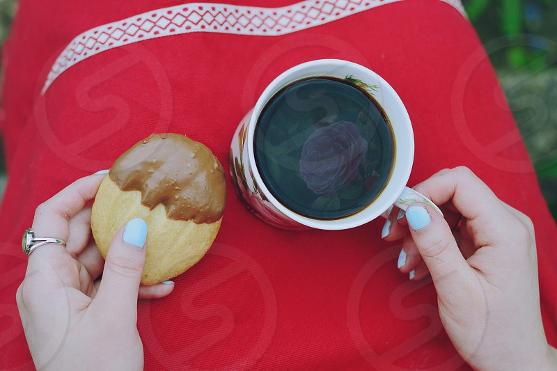 circle circular coffee rose biscuit cooking red apron reflection garden sitting black coffee food & drink photo