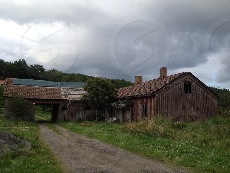 brown wooden barnhouse photo