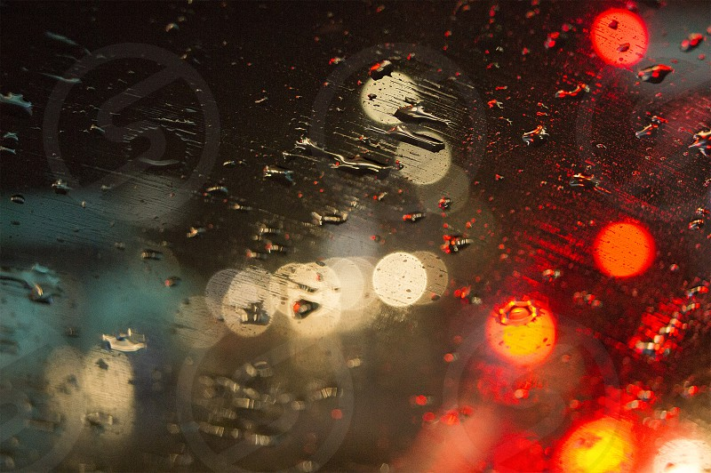 Luces de la ciudad vistas a través de una ventana en la lluvia. photo