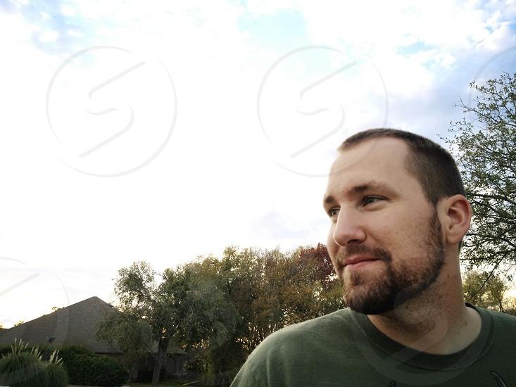men's gray t-shirt photo
