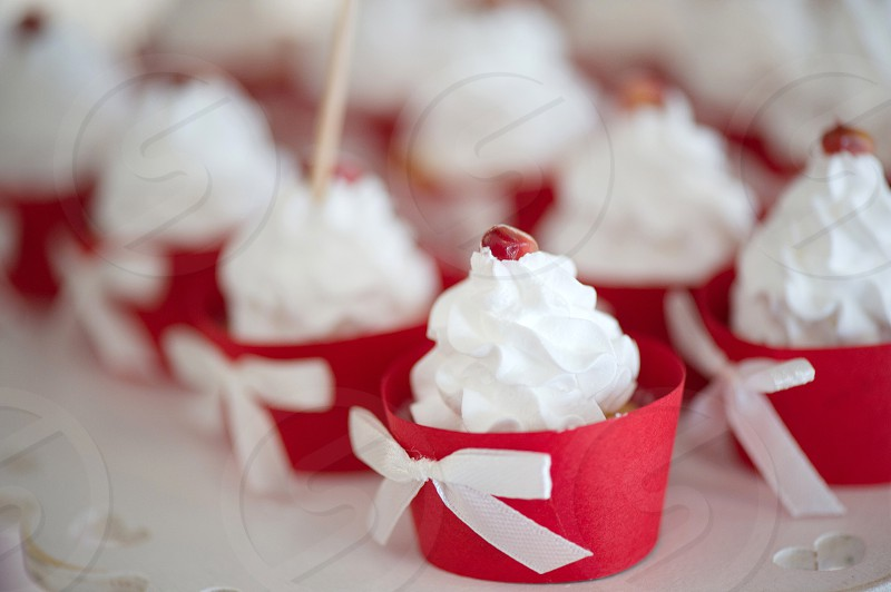 wedding table decor pomegranate motifs signs for guests. candybar macaroons sweets cakes. photo