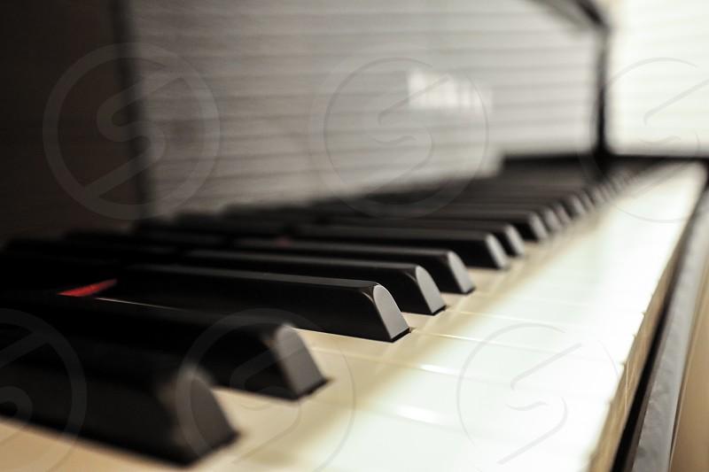 pianokeyboardbnwblack and whitekeysinstrumentmusicshinyglossyamaha photo