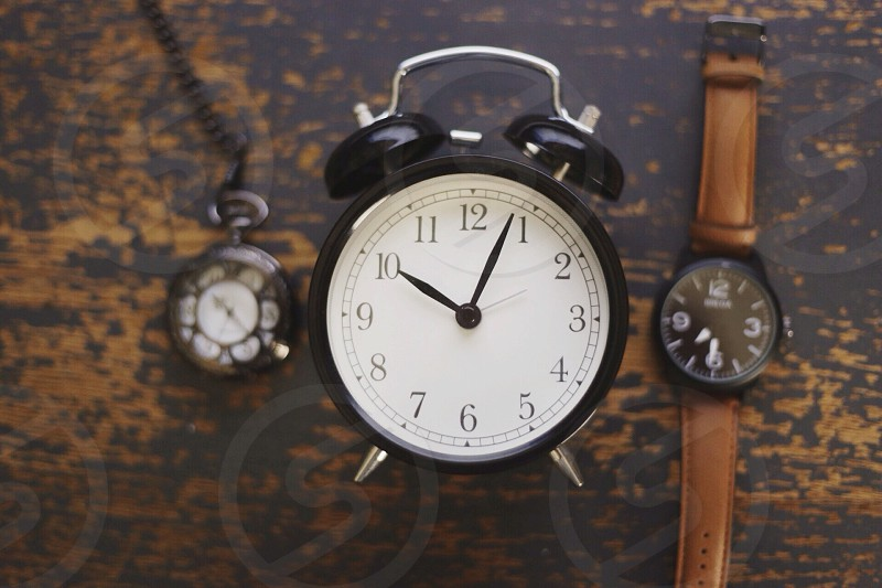 black analog retro alarm clock photo
