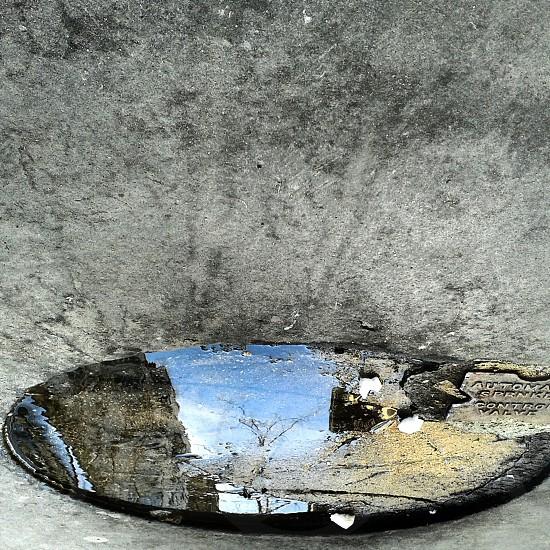 round manhole crack photo