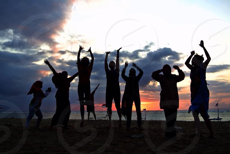people silhouette photo on seashore photo