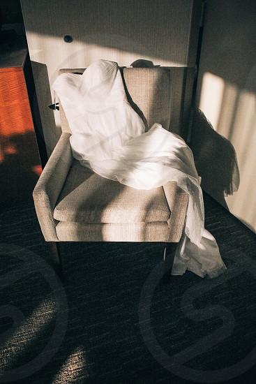 gray fabric lounge chair photo
