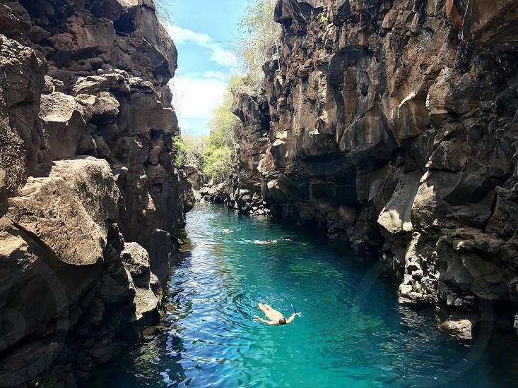 Galapagos grietas pool natural pool people woman swimming backstroke rocks rock formation water turqoise blue landscape snorkel photo