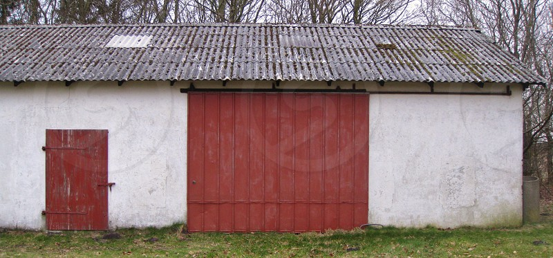 white red and brown concrete barn photo