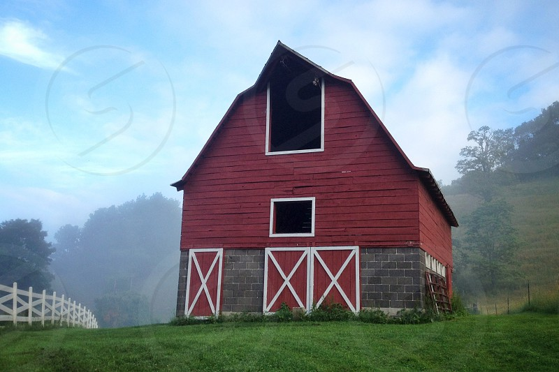 red wooden barnhouse photo