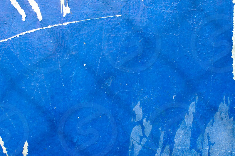 A blue and white background color photo