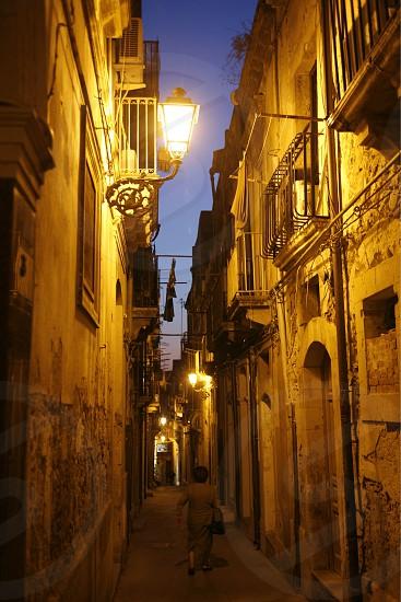 EUROPA ITALIEN SIZILIEN OSTKUEST SIRACUSA ORTIAGA INSEL ALTSTADT ZENTRUM GASSE ARCHITEKTUR HAEUSER TOR TUER NACHT ABEND STIMMUNG (Urs Flueeler)  photo