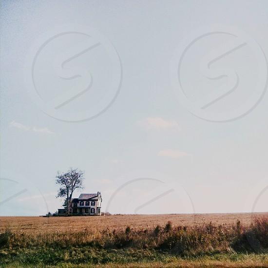 white farm house photo photo