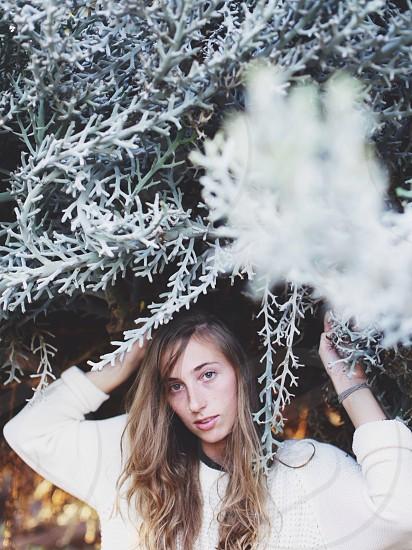 woman wearing white long sleeved shirt macro photography photo