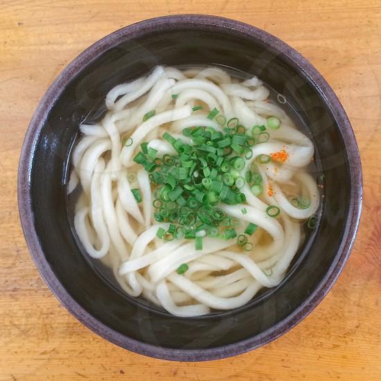 『多田製麺所』 朝からはらぺこ。混んでるけど飛び込みました。棚にはコロッケが無い(=^x^=) かけ小 ¥180 まぁ、お腹は落ち着きました。今日も出汁が美味い。 photo