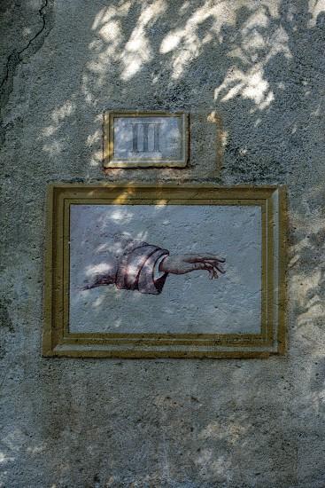 Ein Torbogen auf dem Sacro Monte ueber der Altstadt des traditionellen Fischerdorf Orta am Ortasee in norden des Piemont im norden von Italien.  (Urs Flueeler) photo