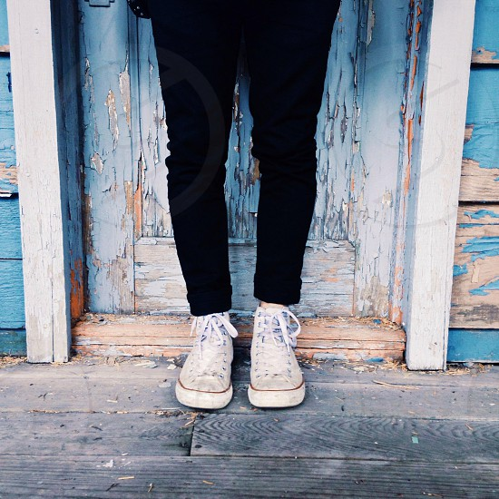 black skinny jeans and white converse