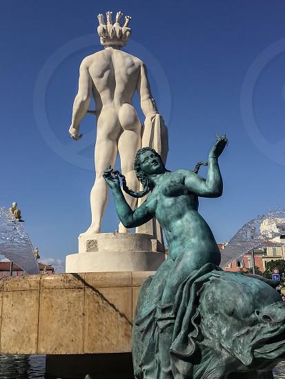 Fontaine statue femme homme Nice alpes maritimes côté d'azur France photo