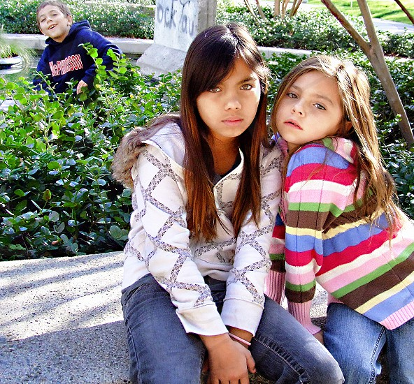 Little brother photo bombs his sisters' portrait photo