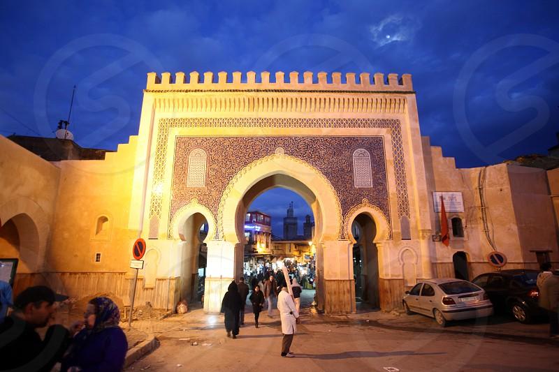 Das Blaue Tor am Bab Bou Jeloud Platz auf dem Souq in der Medina oder Altstadt in Fes im Norden von Marokko in Nordafrika. photo