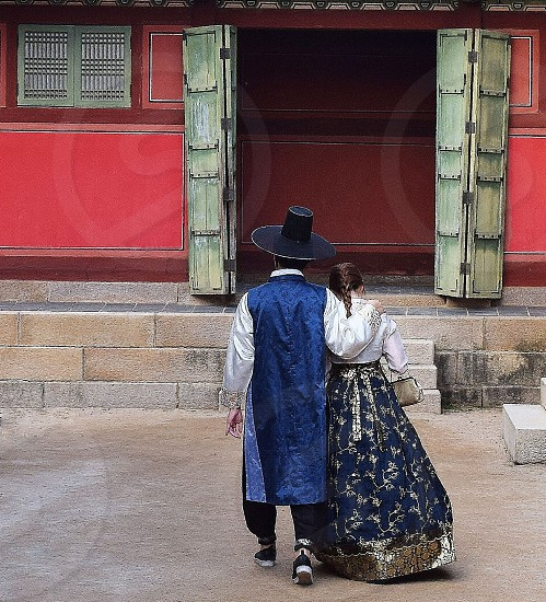 A couple enjoys a romantic stroll around a palace in Seoul. photo