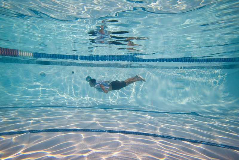 man swimming in a pool photo