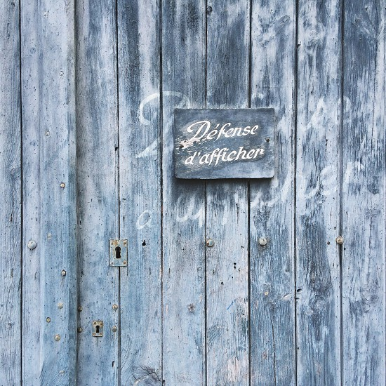 defense d'afficher sign on gray wooden boards photo